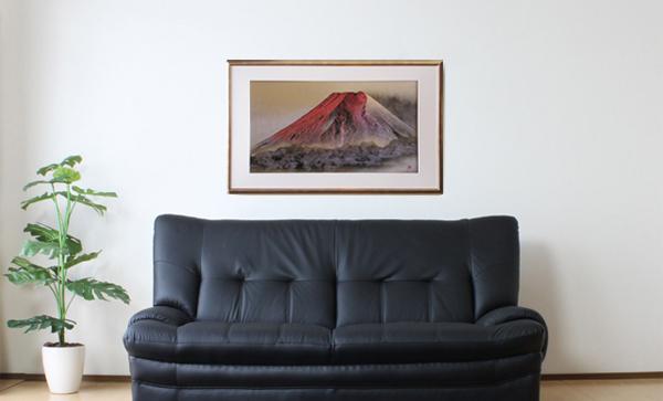 伊勢型紙のインテリア額縁とソファがある室内
