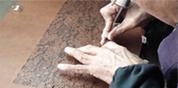 手彫りシーン(伊勢型紙彫刻)